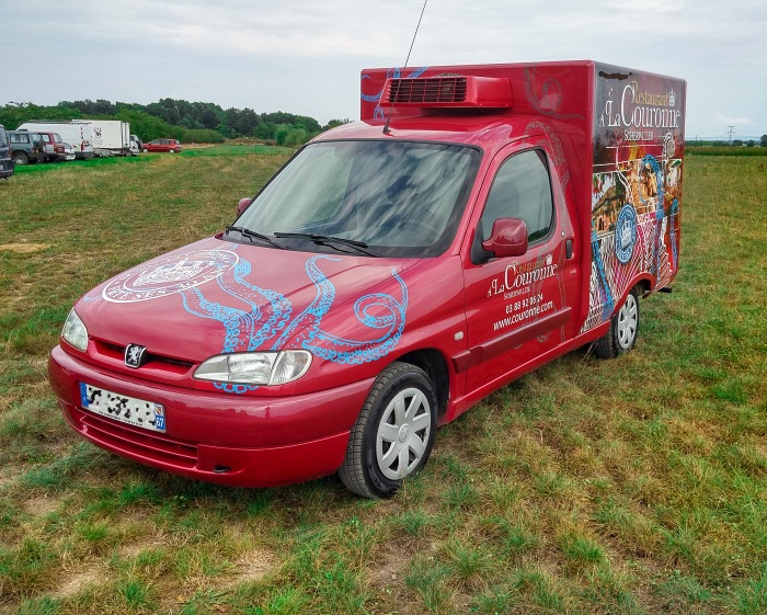 Création et réalisation d'une décoration de véhicule pour le Restaurant À la Couronne de Scherwiller par l'Agence Cré Home.